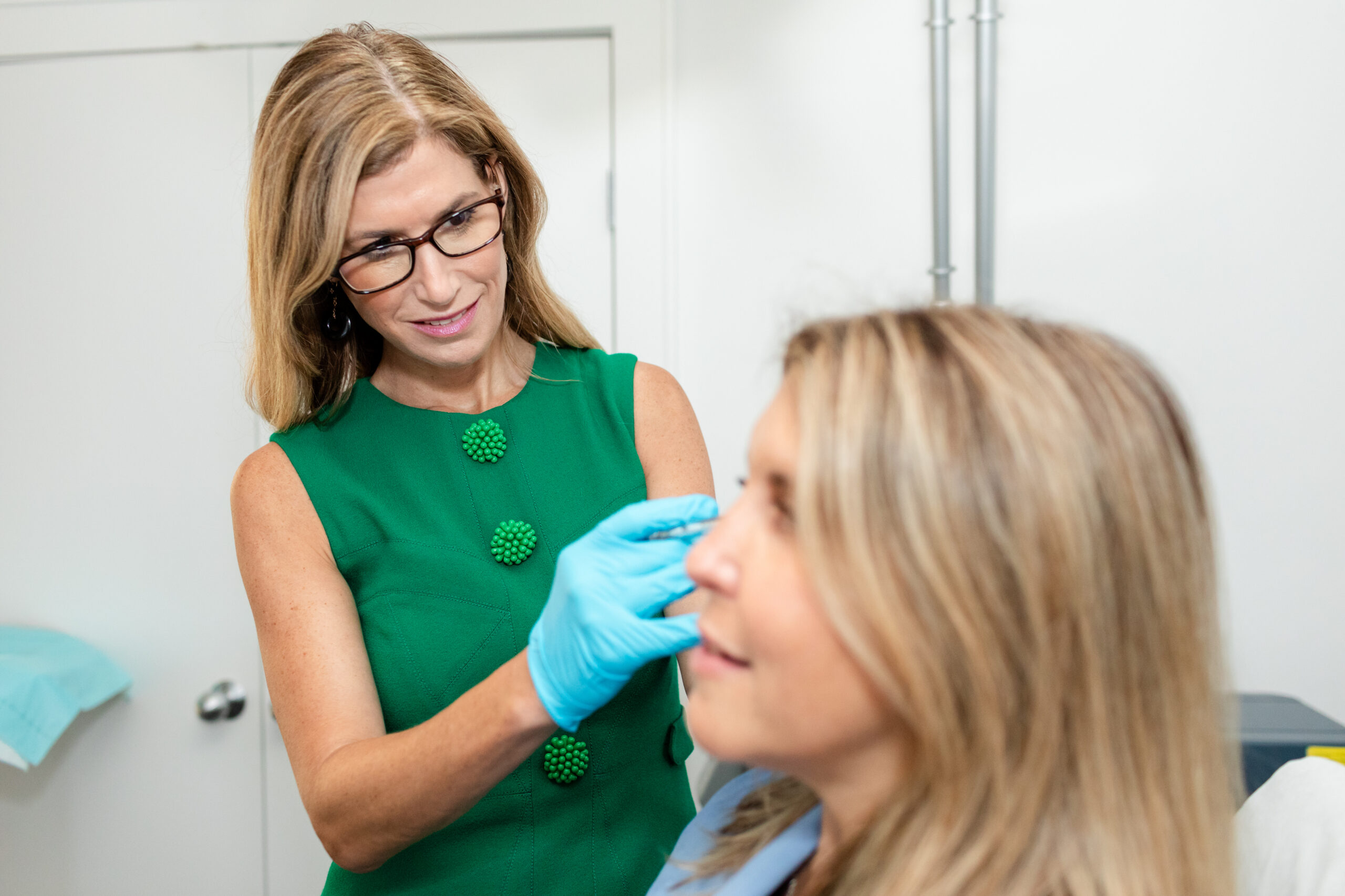 dr-stern-treating-female-patient-injectable